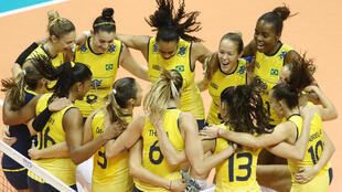 Equipe feminina de vôlei comemora a conquista do Grand Prix disputado no Japão.