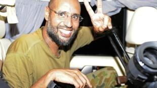 O filho de Khadafi, Saif al Islam, que está foragido, é acusado de crimes contra a humanidade.