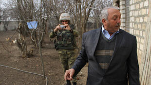 Sous la surveillance attentive des militaires, des civils assurent faire l'objet d'un feu massif de la part des Arméniens, même si les dommages semblent très limités.