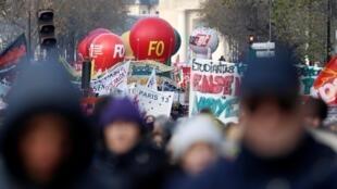 Selon FO, 180.000 personnes ont défilé ce mardi 10 décembre à Paris ; ils étaient 27.000 d'après le décompte du cabinet Occurrence.