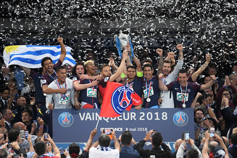 O Paris Saint-Germain venceu a Taça de França ao derrotar por 2-0 o Les Herbiers. Sébastien Flochon, capitão do Les Herbiers (camisola vermelha), levantou o troféu com o capitão brasileiro do PSG, Thiago Silva.