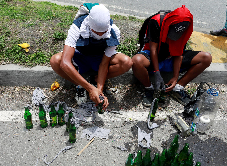 """Фото для иллюстрации. Манифестанты в Венесуэле делают """"коктейли Молотова"""""""