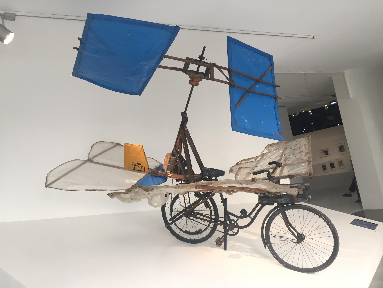Bicliceta voadora na Maison Rouge, em Paris.