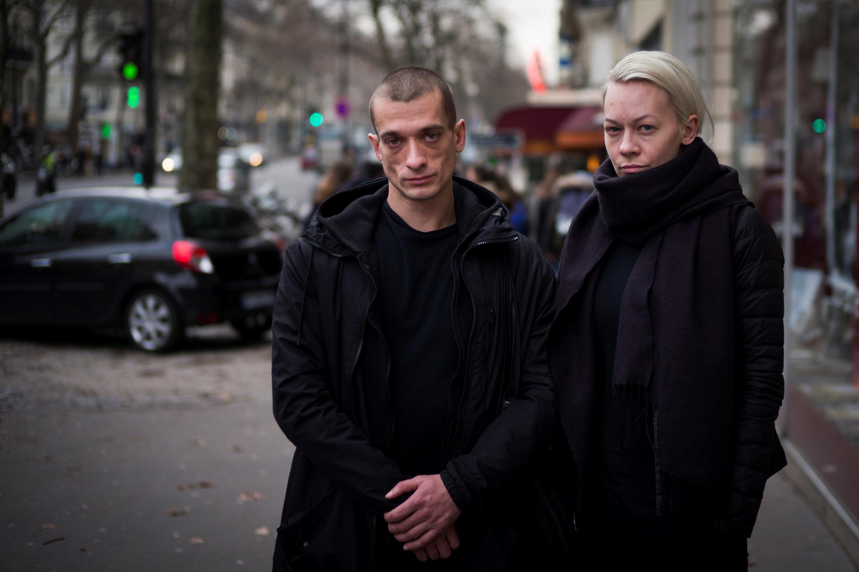 Художник-акционист Петр Павленский и его соратница Оксана Шалыгина в Париже, 16 января 2017 г.