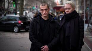 Pyotr Pavlensky e sua companheira, Oksana Shalygina, em Paris, em 2017.