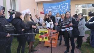Des parents d'élèves qui soutiennent le mouvement des professeurs ont tenu une conférence de presse devant le lieu des négociations entre syndicats et gouvernement à Varsovie.