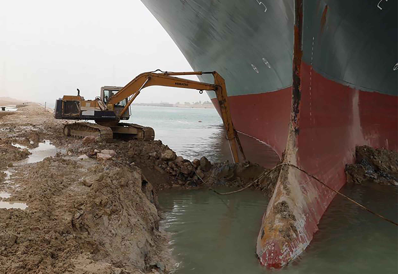 Parte delantera del gigantesco portacontenedores bloqueado en el canal de Suez, en una imagen difundida por la Autoridad del Canal de Suez, el 25 de marzo de 2021