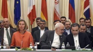 La cheffe de la diplomatie européenne Federica Mogherini aux côtés du ministre iranien des Affaires étrangères Javad Zarif et son vice-ministre Abbas Araghchi à Vienne, le 6 juillet 2018, lors d'une réunion sur l'accord sur le nucléaire iranien (illust.)