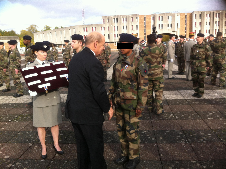 Le ministre de la Défense Jean-Yves Le Drian décore un militaire engagé dans l'opération Sentinelle.