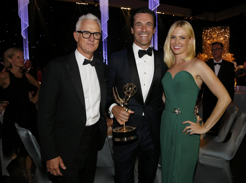 Jon Hamm da série, Mad Men, (centro) venceu a categoria de melhor ator de série dramática do Emmy 2015.