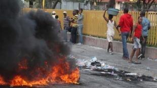 Barricade en feu lors de manifestations antigouvernementales à Port-au-Prince, en Haïti, le 12 février 2019.