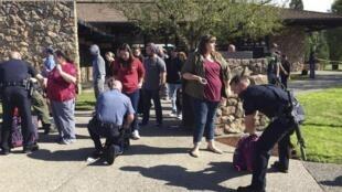 Familiares e policiais em frente à Umpqua Community College.