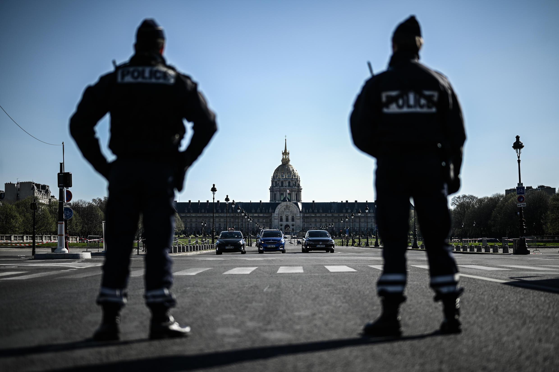 Французская полиция проверяет соблюдение карантинных мер в Париже