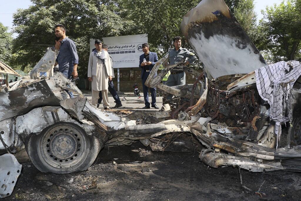 مأمورین امنیتی افغان، در محل انفجار خودروی فرد انتحاری در مقابل دانشگاه کابل. جمعه ٢٨ سرطان/ ١٩ ژوئیه ٢٠۱٩