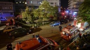 Coches de bomberos frente a la discoteca incendiada en Bucarest la noche del viernes.  .