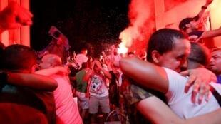Des supporters de l'Algérie célèbrent la victoire de leur équipe à la CAN, à Marseille, le 19 juillet 2019.