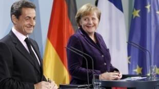 Le président français Nicolas Sarkozy (g) et la chancelière allemande Angela Merkel (d) lors de leur conférence de presse lundi 9 janvier 2012 à Berlin.