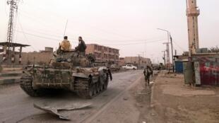 Des forces progouvernementales patrouillent dans la ville de Boukamal, ici le 20 novembre 2017, après la reprise complète de la ville par Damas. Ce vendredi 8 juin, l'EI a regagné une partie de la ville puis s'est retiré.