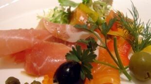 Salade de jambon cru et de saumon fumé