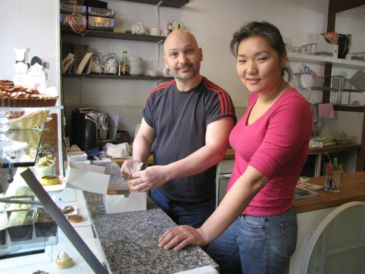 Youval Bénaïs y Olivia Edelmann son propietarios de la pastelería orgánica  'Autrement Sucré', en París.