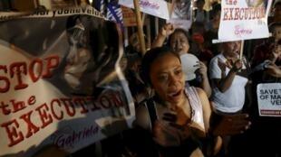 Manifestação nas Filipinas em apoio a Mary Jane Veloso, cuja execução foi adiada.