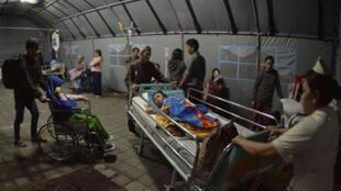印尼龙目岛一紧急医疗帐篷内19日晚资料图片