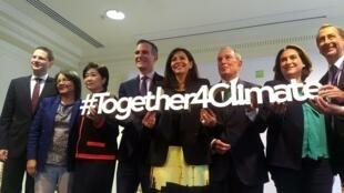 La Alcaldesa de París, Anne Hidalgo, con varios de sus colegas que firmaron  la declaración. 23 de octubre de 2017.