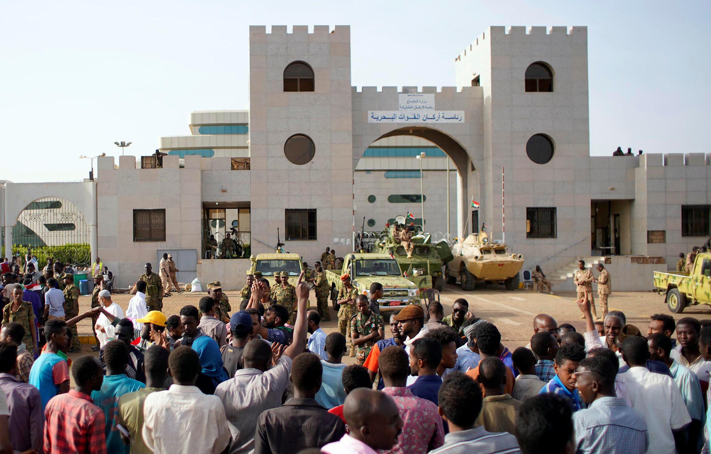 Os sudaneses exigem o afastamento de todos os afectos ao regime destituído.