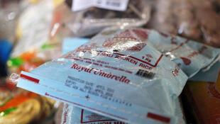 Des sacs de riz cassé exposés au marché Kermel de Dakar au Sénégal.