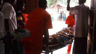 Des brancardiers transportent un malade vers l'hôpital général de Bangui, en RCA.
