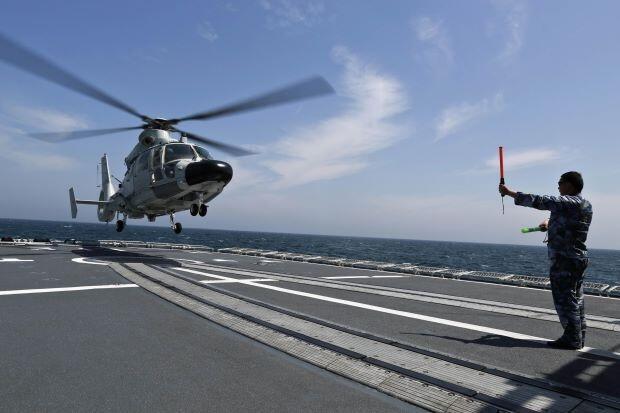 Tàu sân bay chở trực thăng Cáp Nhĩ Tân của Trung Quốc trong buổi tập trận chung trên Biển Hoa Đông ngày 24/05/2014.