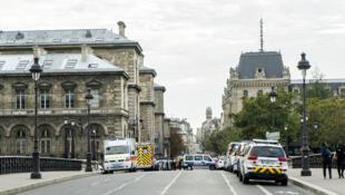 از زمان حمله به مقر پلیس پاریس در ٣ اکتبر ٢٠١٩ ، اقدامات لازم از طرف پلیس و سرویسهای اطلاعاتی فرانسه برای محافظت از همکارانشان صورت گرفته است.