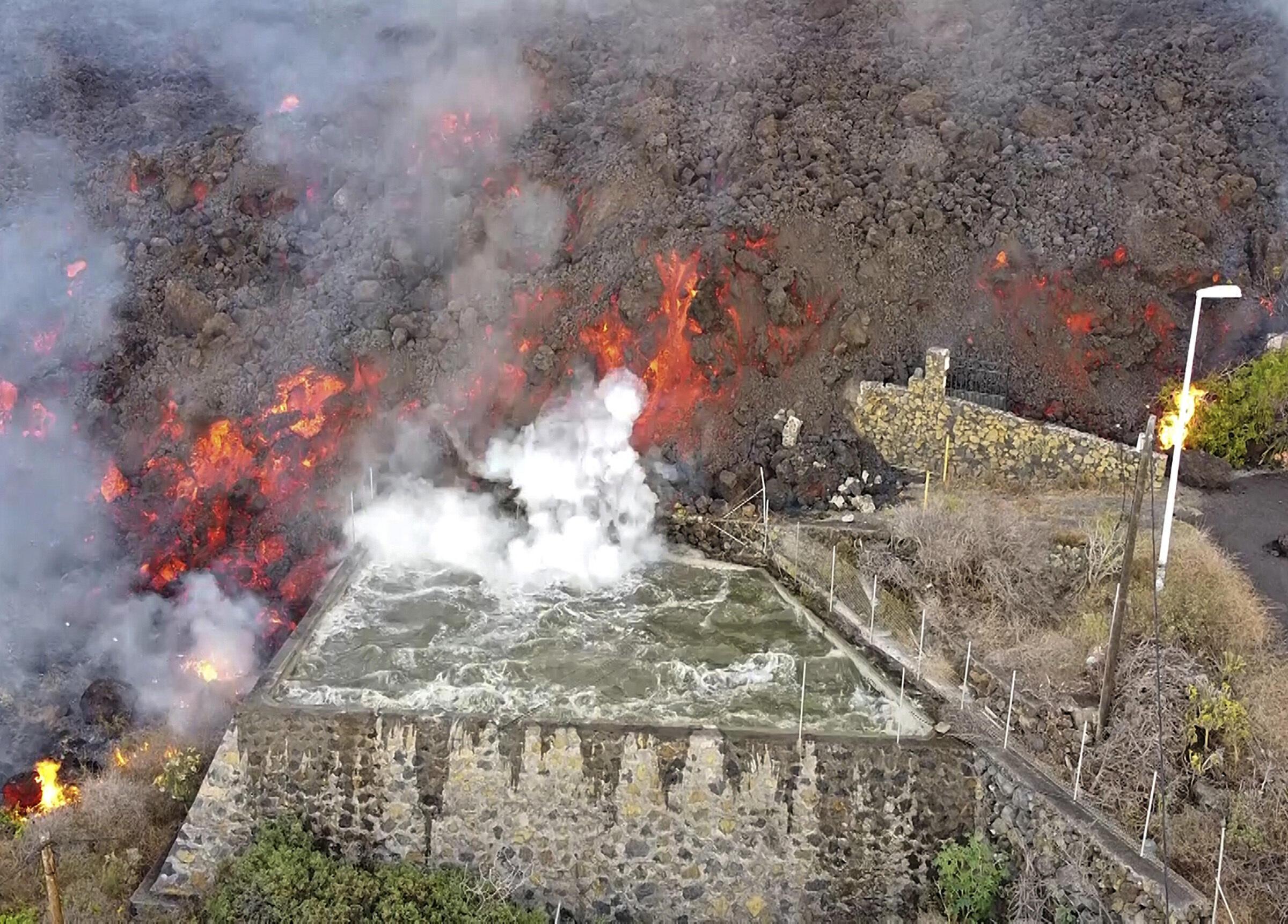 9月21日吞噬灌溉渠的老昆布雷火山熔岩。