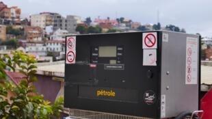 Dans les stations-essence d'Antananarivo, l'écran de la pompe «pétrole» est éteint, les cuves sont vides.