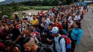 Une foule de Vénézuéliens se presse sur le pont Simon Bolivar, depuis San Antonio del Tachira, Venezuela, à Cucuta en Colombie, le 9 juin 2019.