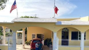 Norberto Lopez et sa compagne Guadalupe Martinez posent devant leur maison de la Sierra Gorda de Querétaro, construite grâce aux dollars américains gagnés par Norberto, parti aux États-Unis à 11 ans.