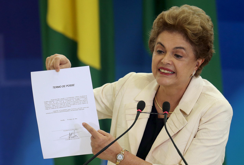 Dilma Rousseff, brandissant le décret d'investiture de Lula, signé, comme un trophée, pendant la cérémonie d'installation de l'ancien président jeudi 17 mars.
