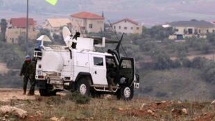 Un soldat de la force des Nations unies surveille la zone dans la ville libanaise de Marjayoun à la frontière avec Israël, en janvier 2016.