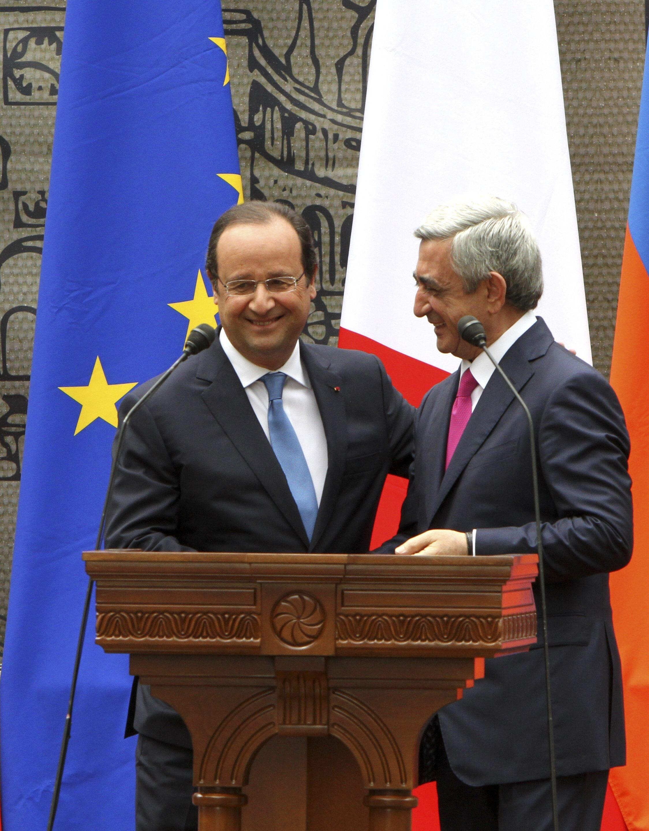 Франсуа Олланд и Серж Саргсян на церемонии открытия памятника франко-армянскому поэту Мисаку Манушяну в Ереване 13/05/2014