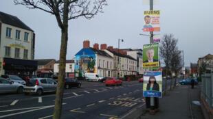 A Belfast, les affiches de la campagne des élections anticipées. Les candidats n'ont pas eu le temps de les changer.