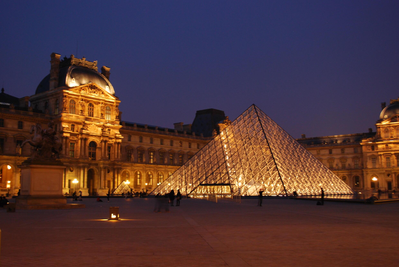 Kim Tự Tháp bằng kính tại sân bảo tàng Louvre vào lúc chiều tối, Paris, Pháp.