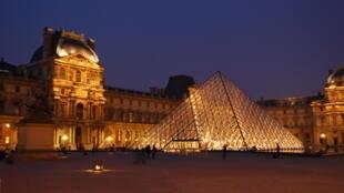 El Museo del Louvre y su pirámide de cristal. París, Francia.
