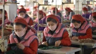 Công nhân nhà máy Songyo Knitwear, Bình Nhưỡng đang sản xuất khẩu trang phòng chống virus corona. Ảnh chụp ngày 06/02/2020
