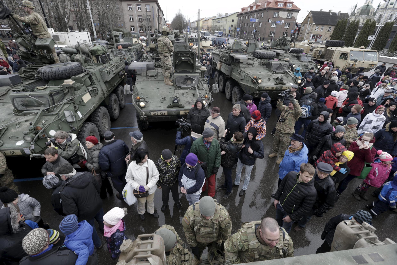 Enquanto isso, na Estônia, soldados americanos exibem tanques para população, como parte da operação Determinação Atlântica.