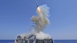 Tàu khu trục Mỹ trang bị tên lửa dẫn đường trong một cuộc thao diễn trên biển.