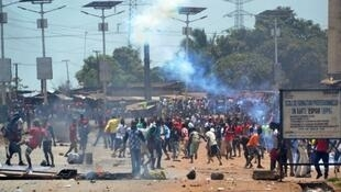 La police a dispersé la manifestation de l'opposition guinéenne qui manifestait contre les résultats des élections locales le 22 mars 2018.