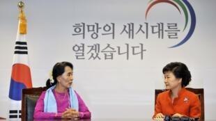 Aung San Suu Kyi et Park Geun-hye durant leur entretien, le 29 janvier 2013 à Séoul.