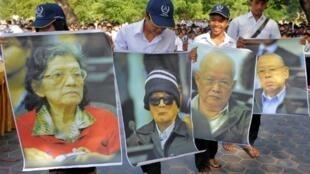 Des étudiants brandissent des portraits des quatre leaders Khmers rouges accusés de génocide, de crimes de guerre et crimes contre l'humanité, lors d'un programme social à Phnom Penh, le 18 novembre 2011.