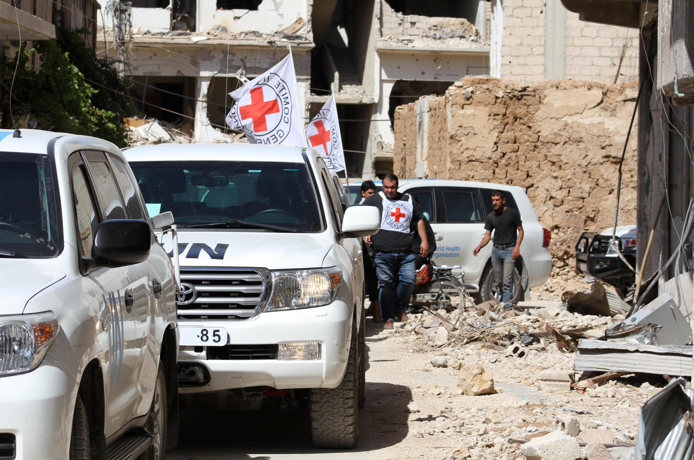 Xe của Liên Hiệp Quốc và hội Chữ Thập Đỏ tại thành phố nổi dậy Daraya, ngày 01/06/2016.