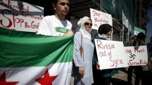Biểu tình lên án Nga không kích tại Syria, bên ngoài lãnh sự quán Nga tại Santa Monica, California, Hoa Kỳ, 06/10/2015.